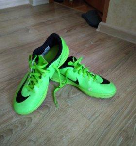 Футбольные бутсы Nike Tiempo и Nike Merkurial X
