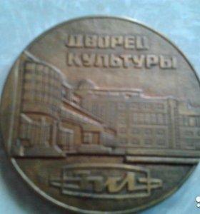жетоны значки