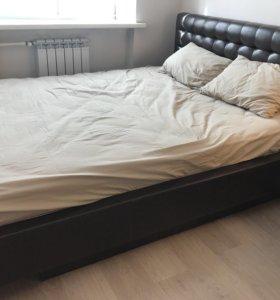 Кожаная кровать с изголовьем