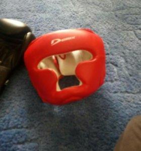 Шлем и перчатки для занятий боксом.