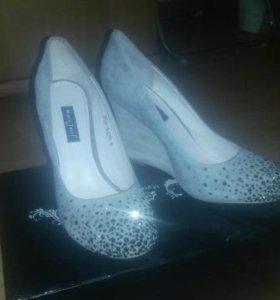 Продаю очень красивые туфли. р. 38 новые.