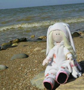 Кукла текстильная в комбинезоне зайки