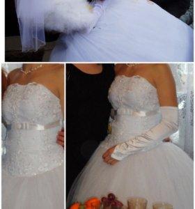 Свадебное платье, фата, перчатки и кольца под юбку