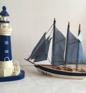 Маяк и лодка парусник дерево