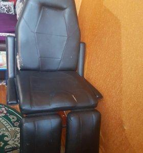 Маникюрный стол и педикюрное кресло