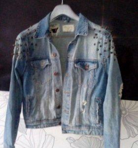 Джинсовая куртка с шипами в отличном состоянии