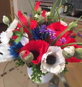 Искусственный букет цветов в вазе, внутри конфеты