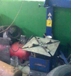 Шиномонтажка в капитальном гараже.
