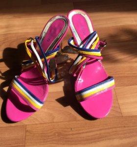 Яркие босоножки на оригинально каблуке