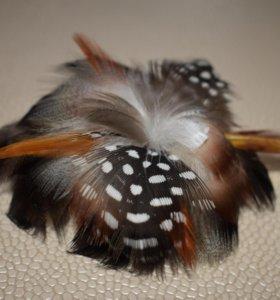 Заколка для волос из перьев