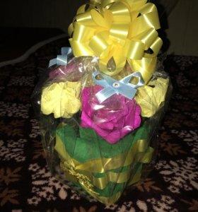 Букет из роз с конфетой