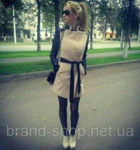 Пальто бежевое с черными кожаными вставками