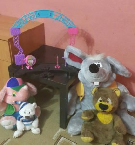 Игрушки и сцена.