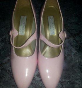 Новые лаковые туфли с хлястиком