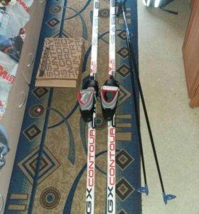 Лыжи с палками и ботинками.