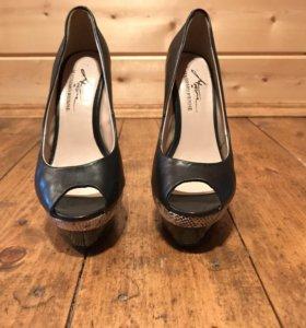 Новые кожаные туфли на высоком каблуке
