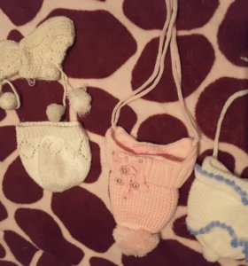 3 шапочки с рождения до 4мес и пинетки