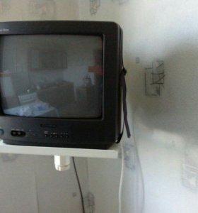 Маленький телевизор с настенным кронштейном