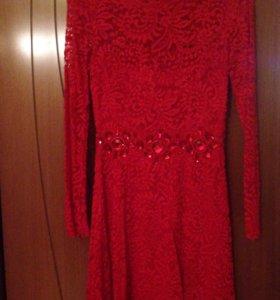 Красное кружевное платье