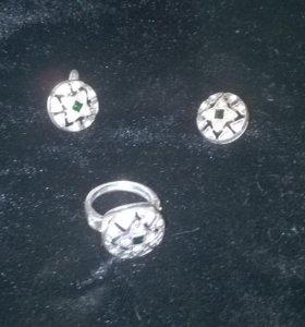 Комплект: серьги и кольцо.