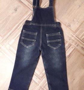 Комбинезон джинсовый на мальчика 2-3 лет.