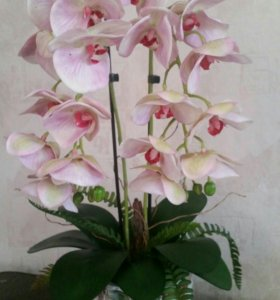 Композиция из искусственной орхидеи.
