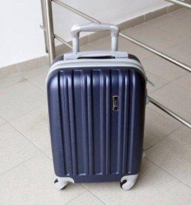 Новый фирменный чемодан + замок.