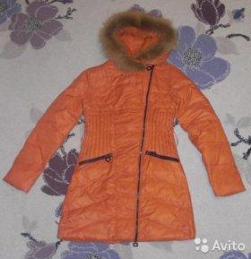 Пуховое пальто, толстовка и джинсы
