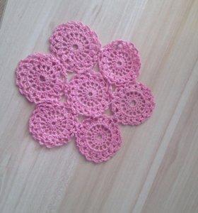 Розовая вязаная салфетка