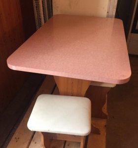 Стол и стулья с диваном