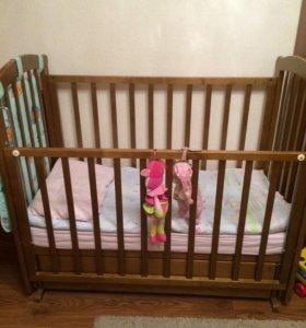 Детская кроватка с матрасом и маятником