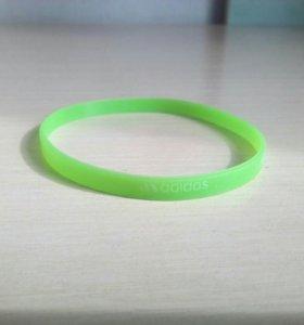 Зелёный браслет Адидас.
