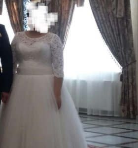 Свадебное платье и туфли.