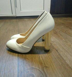 "Туфли на ""золотом"" каблуке"