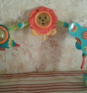 Интересная игрушка, крепится на кроватку,коляску