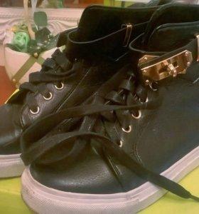 Продам обувь (сникерсы)