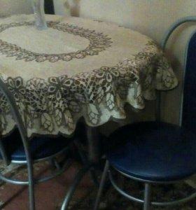 Кухонный стол и три стула