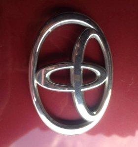 Тойота Прадо значке на решётку радиатора.