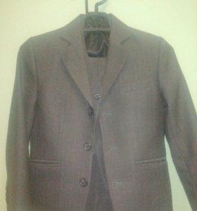 Продаются два школьных костюма(серые) на мальчика