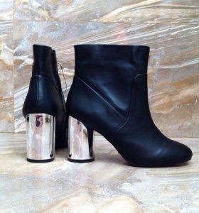 Черные сапоги на толстом серебряном каблуке