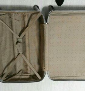 Пластиковый чемодан для большой семьи