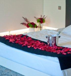 Декор цветами и свечами спальни
