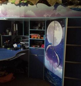 Детский спальный уголок со столом и шкафом