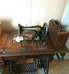 Швейная машинка SINGER с ножной педалью и столом