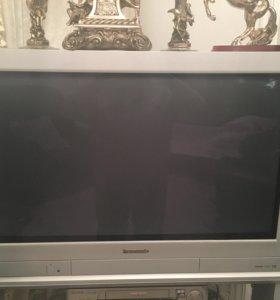 Телевизор Panasonic со стеклянной полкой