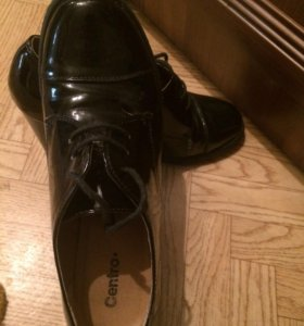 Осенние лакированные туфли на каблуках.