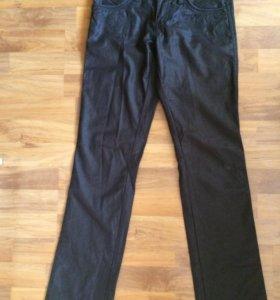 Брюки-джинсы чёрные женские 26 размер с рисунком.