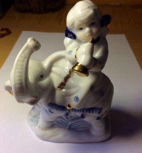 Фигурка девочка со слоненком