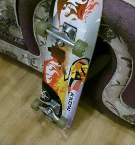 Скейтборд со свитящимися силиконовыми колёсами.