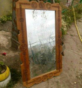 Зеркало в деревянной рамке.